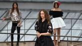 Hanya saja ada insiden yang terjadi di panggung Chanel. Ada seorang model penyusup yang 'mengganggu' jalannya acara. (Photo by Christophe ARCHAMBAULT / AFP)