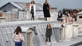 Berlatar atap rumah kaca di kota Paris, dekorasi show Chanel memang jadi pertunjukkan yang ditunggu-tunggu. (Christophe ARCHAMBAULT / AFP)