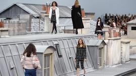'Terlalu Serius,' Ada Model Penyusup di Show Chanel