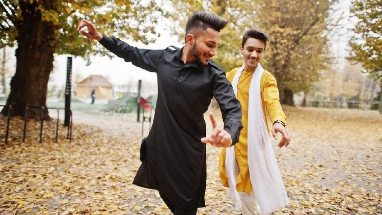 Bintang Bollywood atau penari dan penyanyi India terkenal luwes menggoyangkan badannya. Tapi kali ini, ada tour guide yang totalitas banget berjoget.
