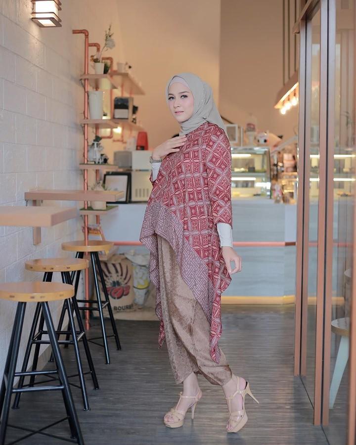 <p>Si cantik Nina Zatulini juga terlihat elegan dalam balutan batik. Ia melengkapi tampilannya dengan sepatu <em>high heels.</em>(Foto: Instagram @ninazatulini22)</p>
