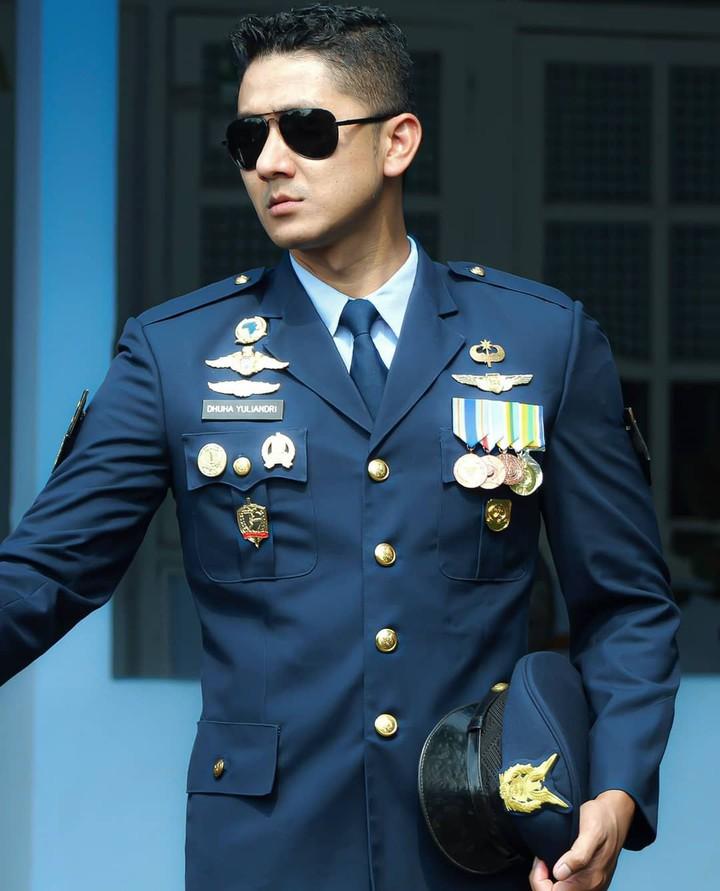 Belakangan ini Dhuha Yuliandri Al Fatuh yang merupakan prajurit TNI AU menjadi viral di Instagram. Pasalnya, ia memiliki paras yang tampan dan gagah. (Foto: Instagram @dhu_yuand)