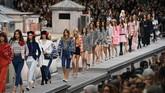 Dengan sigap, Gigi Hadid mengadang model penyusup -yang diketahui ternyata adalah komedian dari Paris- dan membawanya turun dari panggung. (Christophe ARCHAMBAULT / AFP)