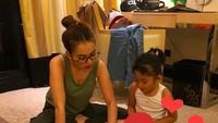 <p>Mengajari Bilqis membaca dan mewarnai. Kegiatan yang seru nampaknya untuk Ayu dan Bilqis. (Foto: Instagram @ayutingting92)  </p>