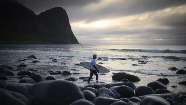 Tak seperti Bali yang dianugerahi matahari terik, surfing di Teluk Unstad bernuansa mendung namun ombaknya tetap menantang.