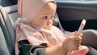 <p>Polah lucunya seperti ini, Bunda. Shireen kayak orang dewasa yang serius saat pegang ponsel genggamnya ya? (Foto: Instagram @hamidahrachmayanti)</p>