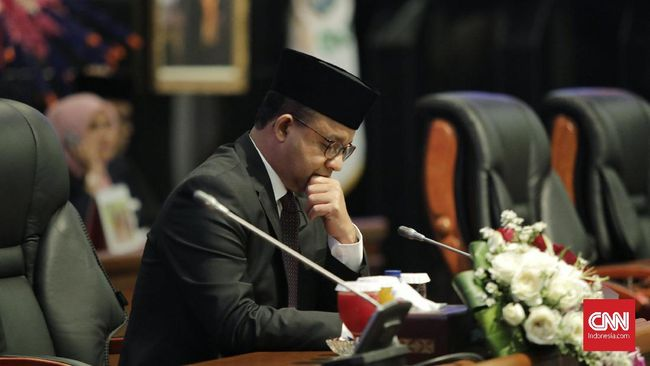 Pembatasan transportasi umum Jakarta dinilai tak berdasarkan kajian matang karena menimbulkan efek domino yang malah mempertinggi risiko penyebaran corona.