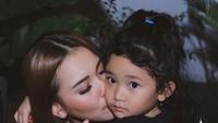 <p>Ayu Ting Ting cukup dekat dengan anak perempuannya, Bilqis Khumairah Razak. (Foto: Instagram @ayutingting92)  </p>