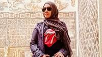 <p>Sebagai <em>single mother</em>, wajar kalau Mel Shandy masih eksis dari panggung ke panggung rock di berbagai daerah di Indonesia. Ia pun sudah bergabung dengan grup Ki Ageng Ganjur sejak 2000. (Foto: Instagram @melshandymel)</p>