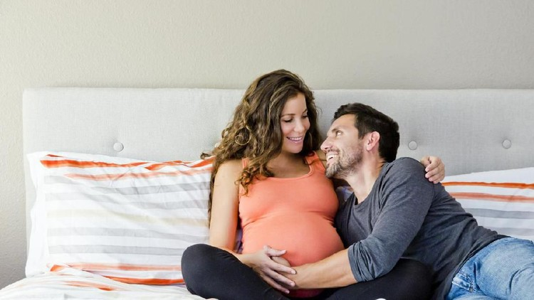 Bunda, mau tetap hubungan seksual selama hamil muda? Ada cara aman yang bisa diterapkan nih.