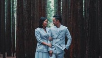 Enggak cuma bertema serba putih di stasiun kereta api, Naureen dan Rashid juga foto pre-wedding di hutan pinus. (Foto: Instagram @sufierashid)