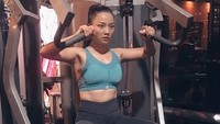 <p>Sama seperti kebanyakan bunda seleb, olahraga yang rutin dilakukan presenter Hesti Purwadinata adalah nge-<em>gym</em>. Ia juga sering mengajak putranya berolahraga ringan di rumah. Selama tiga tahun terakhir, Hesti pun rutin ikut lari marathon. (Foto: Instagram @hestipurwadinata)</p>