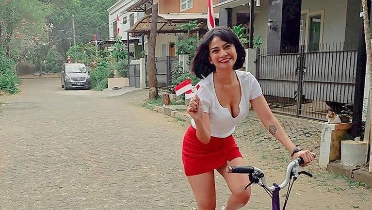 Lalu,saat merayakanKemerdekaan RI pada 17 Agustus 2019 kemarin, Vanessa Angel berfoto dengan menggunakan sepeda namunbajunyamemperlihatkan belahan dadanya.
