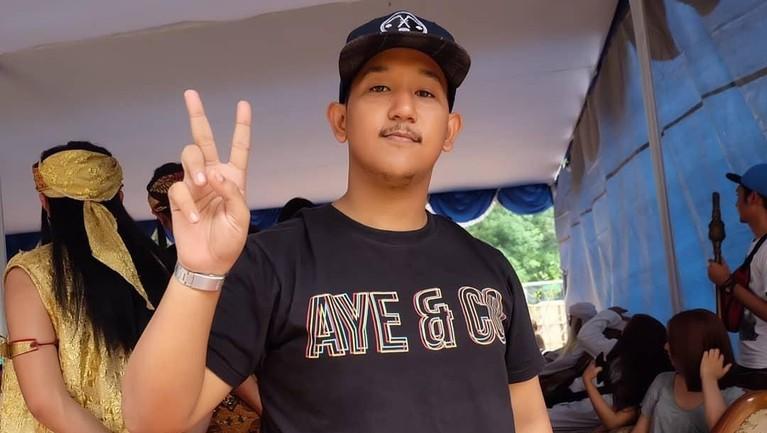 Tak sendiri, ia ditangkap bersama teman wanitanya di kamar kosnya di kawasan Bintaro, Tangerang Selatan.