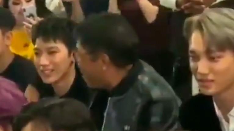 Kala itu SuperM ditemani Lee Sooman serta penggemar menyaksikan perilisan video musik mereka yang bertajuk Jopping.