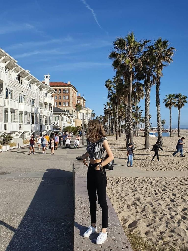 Saat liburan di California, Amerika Serikat, Lisa juga mememerkan pinggang semutnya.