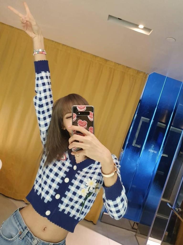 Lisa BLACKPINK merupakan salah satu idol Korea yang memiliki lingkar pinggang kecil atau yang dijuluki dengan pinggang semut.