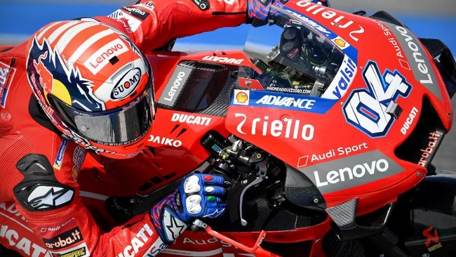 Ducati Team's Italian rider Andrea Dovizioso rides during qualifying for the Thailand's MotoGP at Buriram International Circuit in Buriram on October 5, 2019. (Photo by Lillian SUWANRUMPHA / AFP)