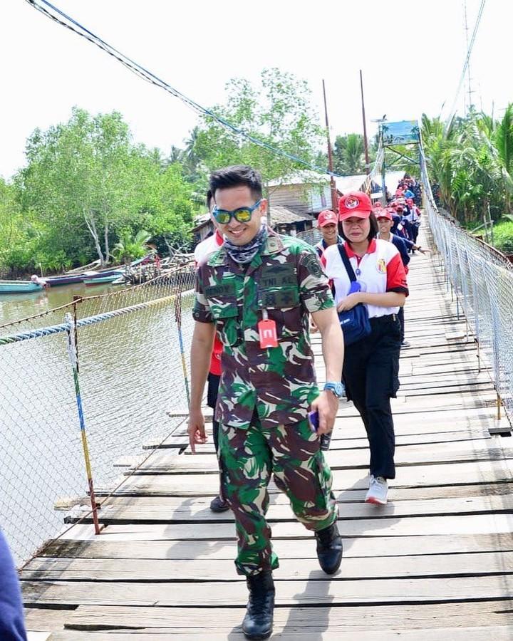Di HUT TNI ke-74, intip potret Rendy Meidiyanto. Rendy adalah anggota TNI AL eks pemain sinetron 'Ganteng-ganteng Serigala'.