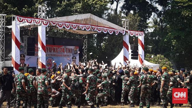 Dalam perayaan HUT TNI ke-74 di Gedung DPR, Jakarta, prajurit TNI dan Brimob joget bersama diiringi lagu Sayang di bawah terik matahari