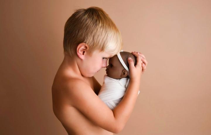 <p>Ini dia bocah laki-laki berusia 4 tahun bernama Jynsen Tyler Fitz yang sayang banget dengan boneka bayi perempuannya. (Foto: Facebook Ashley Mae Photography LLC)</p>