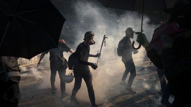 Aksi polisi Hong Kong menembak demonstran di bagian dada dalam bentrokan Senin pagi (11//11) tersiar secara langsung di Facebook.
