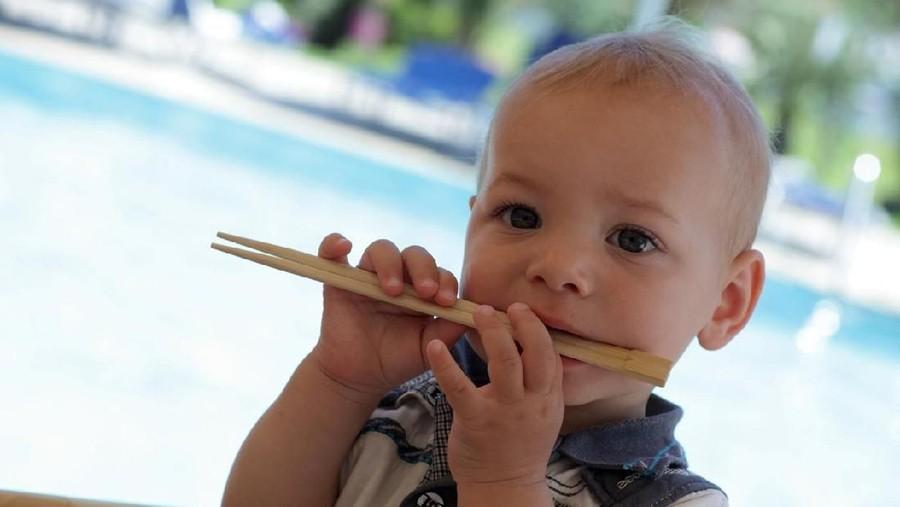 Makan Sambil Jalan, Bayi Tertusuk Sumpit Sampai Tembus Otak