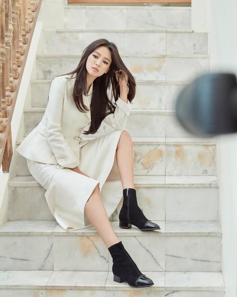 Ada pula foto dirinya dengan setelan formal berwarna putih. Dalam foto ini kyo tampil dengan sepatubootsberwarna hitam. Ia berpose di tangga.