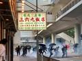 VIDEO: Polisi Hong Kong Lempar Tong Sampah Ke Demonstran