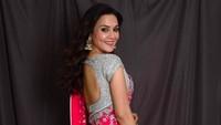 Anggun nan cantik, Preity Zinta di balik balutan kain sari bernuansa merah. (Foto: Instagram/ @realpz)