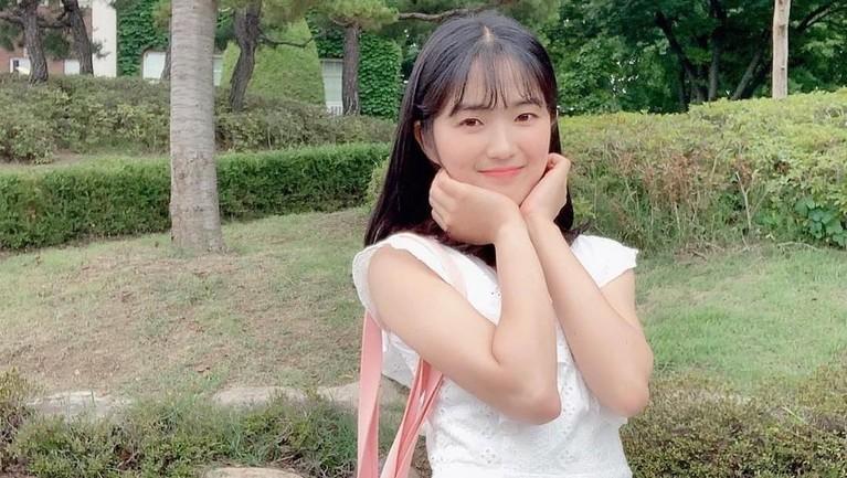 Juga dengan gayanya dengan dress putih ini. Kim Hye Yoon tampil dengan polesan riasan naturalnya.