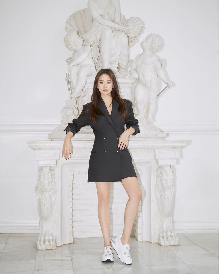 Beberapa gaya pun ditampilkan wanita berusia 37 tahun ini. Ia tampak fresh dan muda dengan mini dress hitam dan sneakers putih.