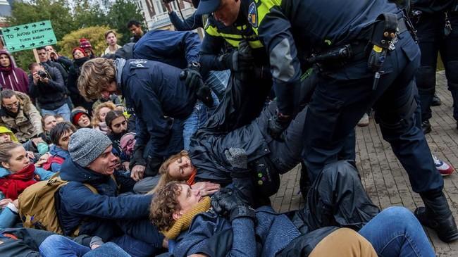 Sejumlah aktivis kelompok 'Pemberontak Kepunahan' (Extinction Rebellion) menggelar aksi serentak menolak perubahan iklim di seluruh dunia.