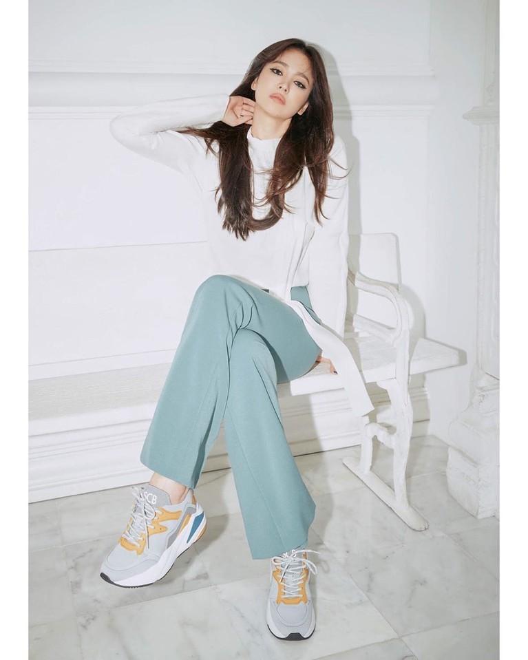 Song Hye Kyo pada Sabtu (5/10) mengunggah foto perdana di akun Instagram pribadinya usai resmi bercerai dari Song Joong Ki.