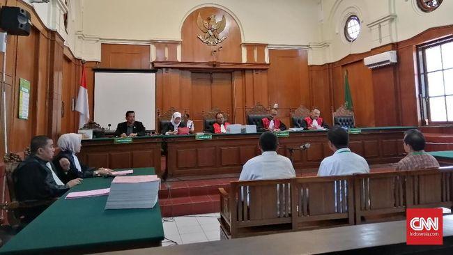 Suasana sidang dakwaan kasus amblasnya Jalan Raya Gubeng Surabaya yang berlangsung di PN Kota Surabaya, 7 Oktober 2019 (CNNIndonesia/Farid)
