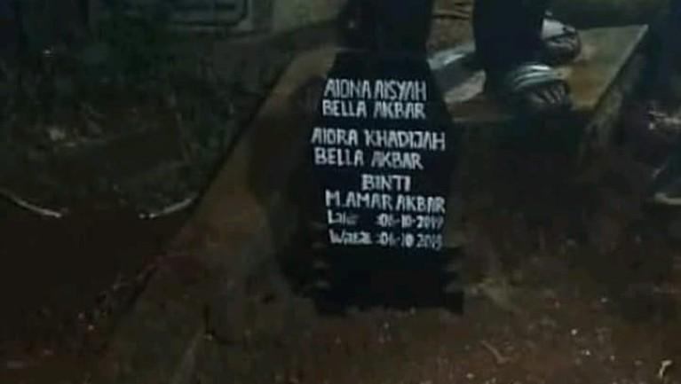 6 Oktober 2019, bayi kembar yang diberi nama Aiona Aisyah Bella Akbar dan Aiora Khadijah Bella Akbar langsung dimakamkan, Minggu (6/10).