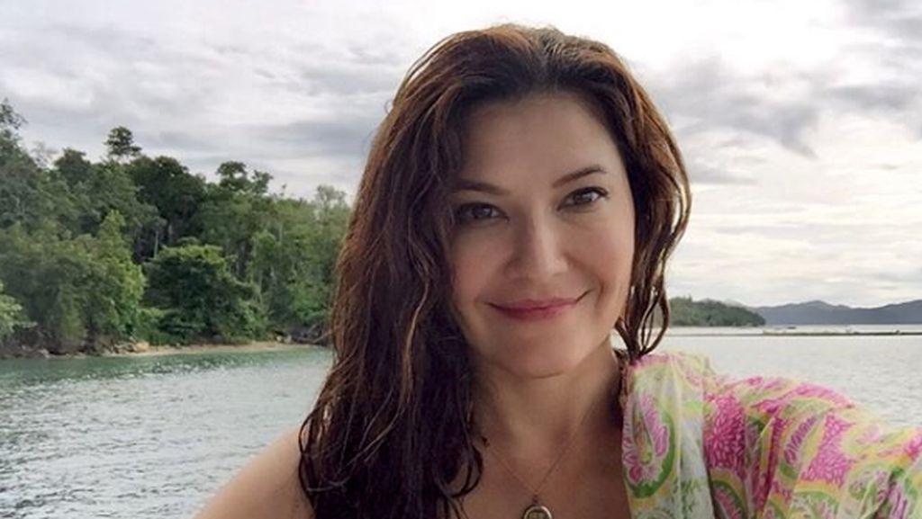 Tak Cuma Seksi Berbikini, Tamara Bleszynski Unjuk Gigi Bisa Angkat Kasur