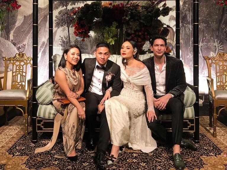 Ucapan selamat pun membanjiri untuk pasangan yang sedang berbahagia ini. Beberapa rekan artis dan juga selebgram juga turut menghadiri resepsi pernikahan tersebut.