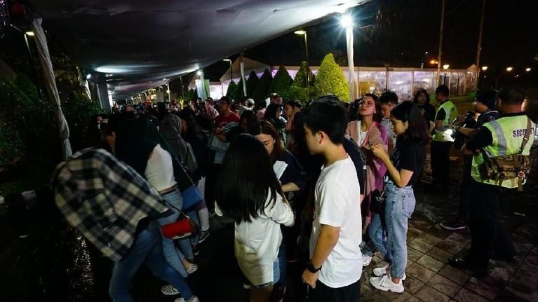 Konser Shawn Mendes yang digelar malam ini (8/10) di Sentul International Convention Center. Walau diguyur hujan, para penonton tetap antusias.