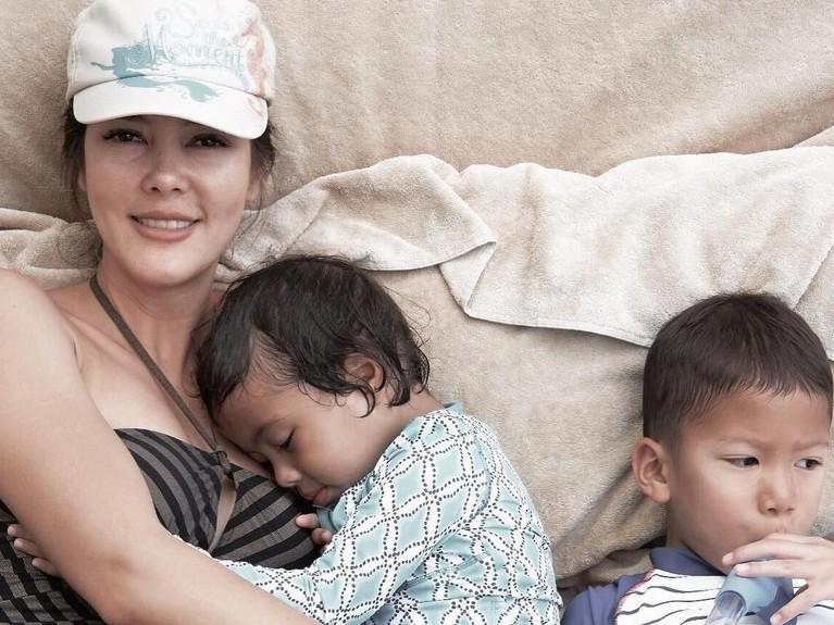 Cathy saat menghabiskan waktu bersama kedua anaknya.