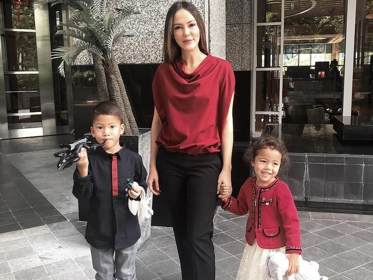Kakak kandung Julie Estelle ini kerap kali mengajak kedua anaknya dalam menjalani aktivitas sehari-hari.