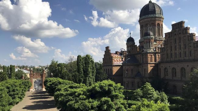 Cukup duduk di bangku taman, turis bisa menikmati keberagaman arsitektur di kota Chernivtsi.