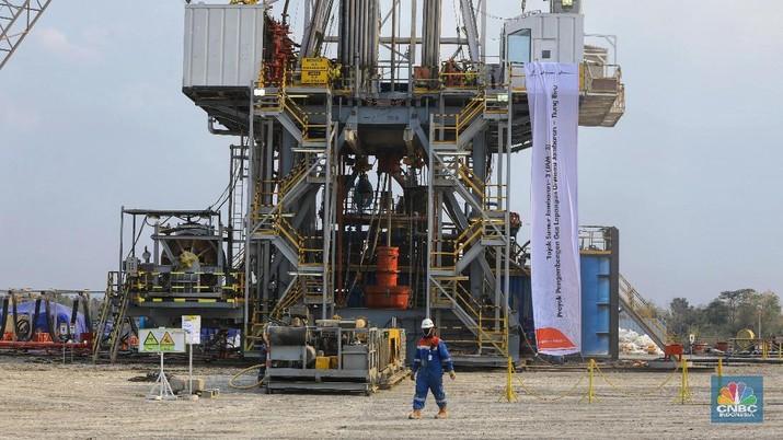 Foto: Pekerja Beraktivitas di Proyek Pengembangan Lapangan Gas Unitisasi Jambaran – Tiung Biru (JTB) di Desa Bandungrejo, Bojonegoro, Jawa Timur, Rabu (9/10/2019). Proyek Jambaran-Tiung Biru (JTB) yang dikelola oleh PEPC merupakan salah satu Proyek Strategis Nasional (PSN) yang telah ditetapkan oleh Komite Percepatan Penyediaan Infrastruktur Prioritas (KPPIP). (CNBC Indonesia/Andrean Kristianto)