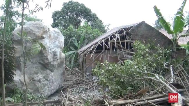 Batu-batu besar yang menghancurkan beberapa rumah warga diduga barasal dari aktivitas penambangan. Tujuh rumah warga dan satu sekolah rusak tertimpa batu.