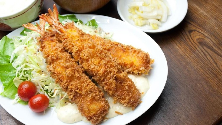 Deep fried shrimp in Japanese style or ebi furai all body with head set in japanese izakaya style photo in flash lighting.