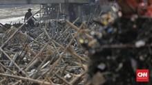 Banjir DKI, Sampah Batang Pohon Penuhi Pintu Air Manggarai
