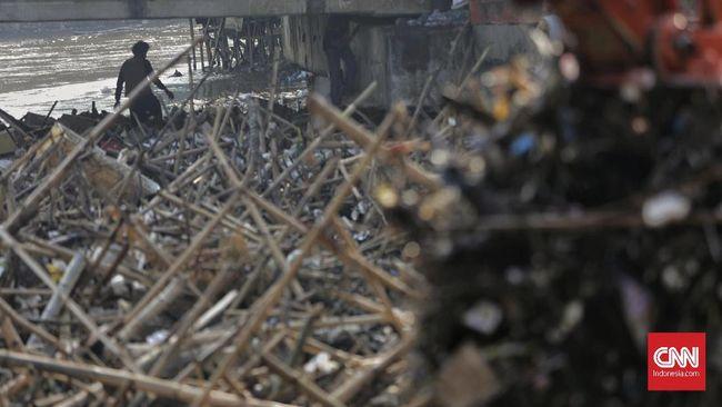 Berdasarkan data Dinas Lingkungan Hidup DKI Jakarta tercatat 888 meter kubik sampah di Pintu Air Manggarai, Jakarta Selatan.