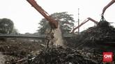 Ratusan meter kubik sampah menumpuk di Pintu Air Manggarai, Rabu (9/10). Sampah itu menumpuk setelah terbawa derasnya aliran Sungai Ciliwung akibat hujan.