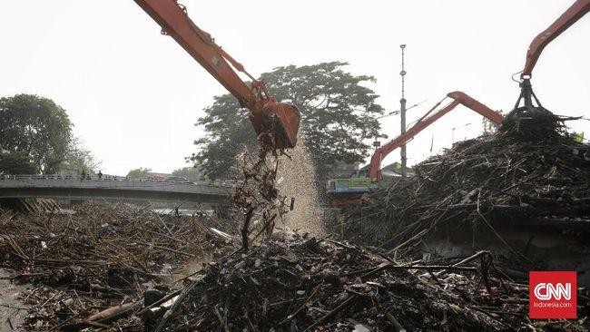 Dinas Lingkungan Hidup DKI mengangkat 322 meter kubik sampah di Pintu Air Manggarai. Sampah itu menumpuk usai hujan yang mengguyur wilayah Jakarta, Bogor.