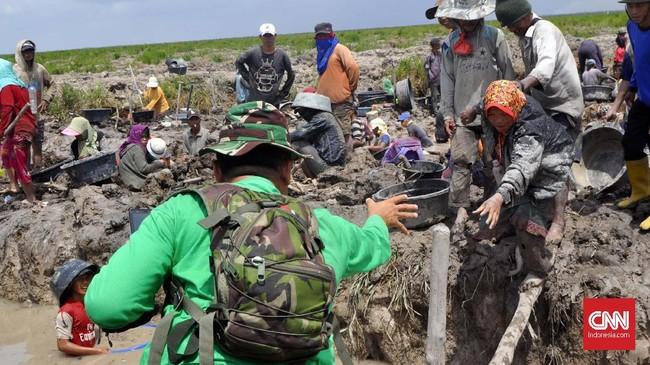 Sejumlah benda bersejarah yang diduga berasal dari zaman Sriwijaya dan Kesultanan Palembang ditemukan di lahan gambut bekaskarhutla di OKI, Sumatera Selatan.